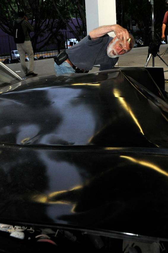 """El fotógrafo Toni Kuhn, Ariel de Oro por trayectoria, junto al automóvil que se utilizó en """"Amores perros"""". Foto: Pedro González Castillo."""