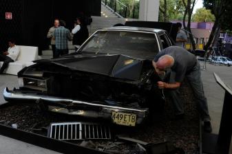 """De nuevo Toni Kuhn asomándose por el cofre del automóvil de """"Amores perros"""". Foto: Pedro González Castillo."""