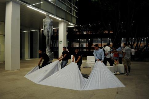 Algunos trabajadores desmontan el escenario para la fotografía oficial de nominados del Ariel 2018. Foto: Pedro González Castillo.